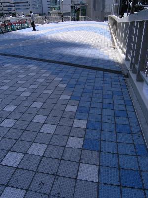 JR大阪駅前 歩道橋